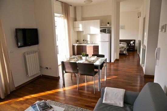 Residence le terrazze soggiorno con angolo cottura dotato di stoviglie angolo tv divano with - Idee per arredare soggiorno con angolo cottura ...