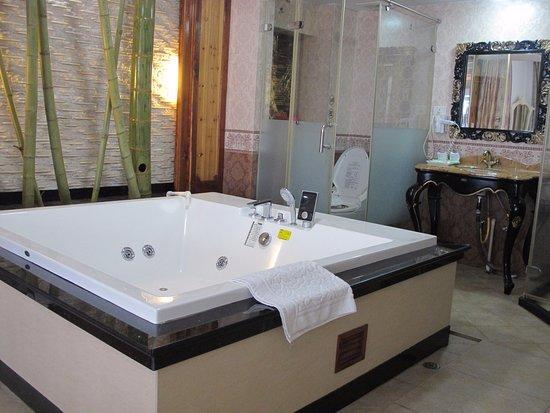 Bamboo House Resort: Наша неработающая джакузи
