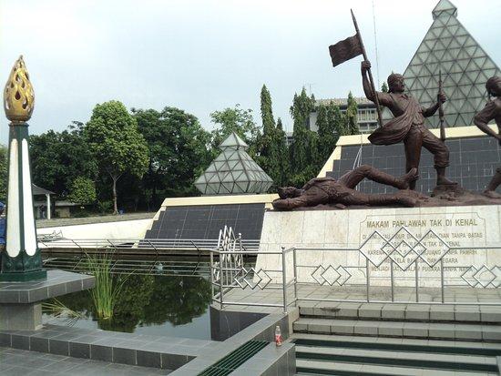 Monumen Makam Pahlawan Tak Dikenal Di Areal Tugu Pahlawan Foto Tugu Pahlawan Surabaya Tripadvisor