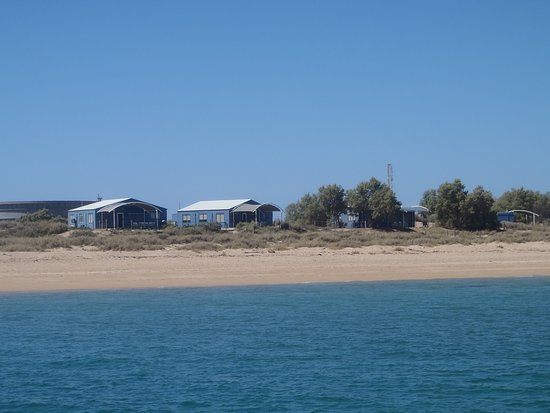Thevenard Island, Australien: Club rooms and office area behind the swim beach