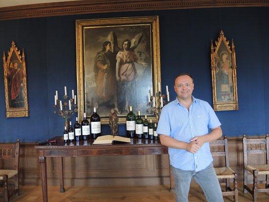 Pessac, France: Im Zentrum der Weltweine. Verkostungraum mit Weinaltar.