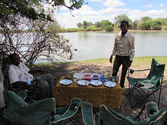 Selous Game Reserve, Tanzania: Ally and Elie with our bush lunch