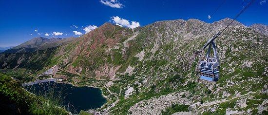 Lleida, España: Foto: J. Tutusaus. Vista del teleférico que da acceso al Parque Nacional de Aigüestortes