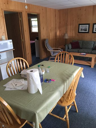 Bayview Chalets & Motel: Inside chalet, all included, beding, furniture, fridge, stove, towels, more..