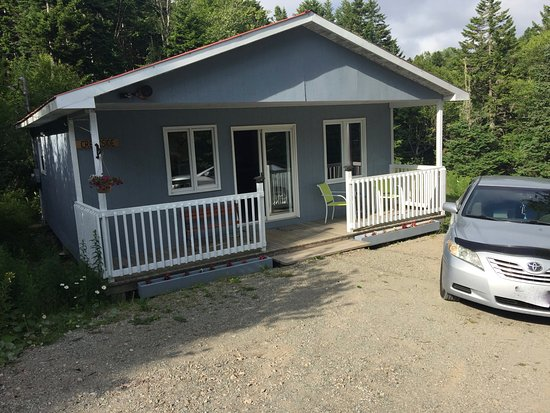Bayview Chalets & Motel: Creekside chalet, very private, all included except food.