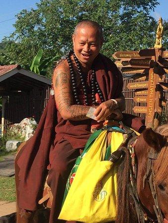 Mae Chan, Thailand: ครูบาเหนือชัย ลงมารับบาตร