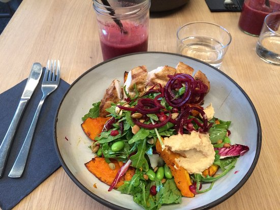 Oliv Cafe: Autumn salad with chicken brest & smoothie