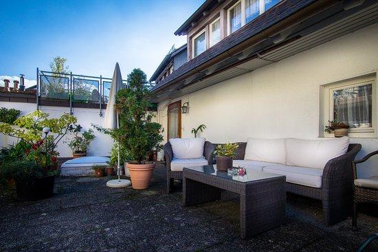 Zum Hirschen Gasthaus Hotel: Eine schöne Sitzecke auf unserem sonnigen Balkon