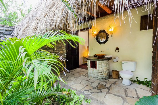 Tola, Nicaragua: Open air bathroom and shower.. No worries, they also provide privacy