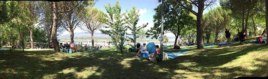 Buitrago del Lozoya, España: Vista Panoramica del area de picnic, al fondo esta la piscina