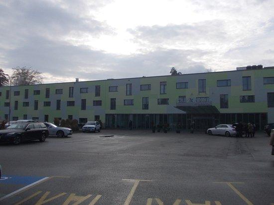 Four Points by Sheraton Ljubljana Mons: Ingresso e parcheggio antistante l'hotel
