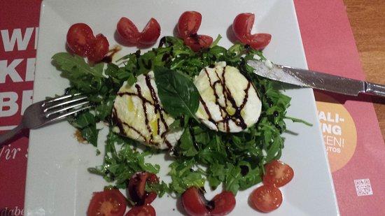 Augst, Schweiz: Mozzarella salade