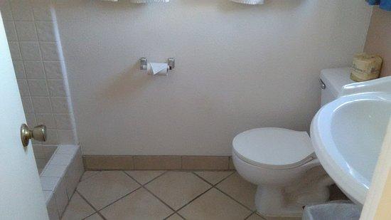 Ocean Breeze Inn: tiny bathroom