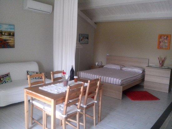 Santa Venerina, Italia: open space con angolo cottura e balcone su piscina
