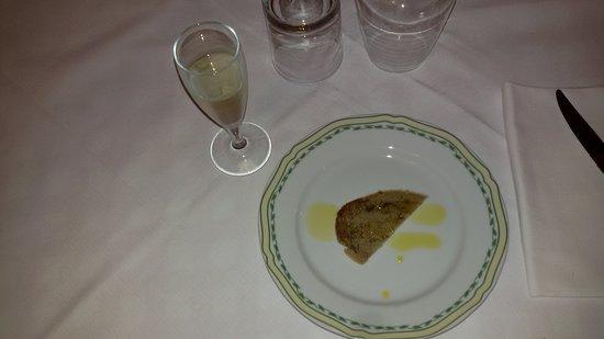 Lorenzana, Italien: fetta di pane casalingo con olio offerto con calice di prosecco.