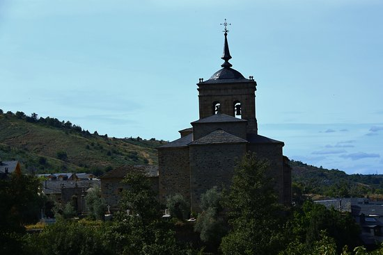 Molinaseca, Spain: Just find the church to find the Casa San Nicolas
