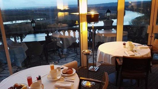 Rolleboise, Francja: Dining room on the Seine