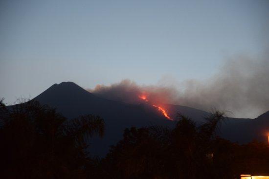 Santa Venerina, Italia: vista dell'Etna in eruzione