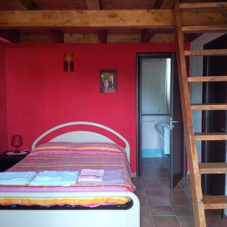 Santa Venerina, Italia: camera rossa con soppalco