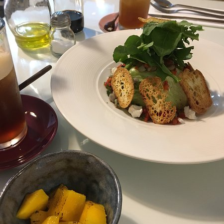 Parmegiana, picadinho e salada com feijão verde (a manga grelhada vai na salada, eu que pedi que