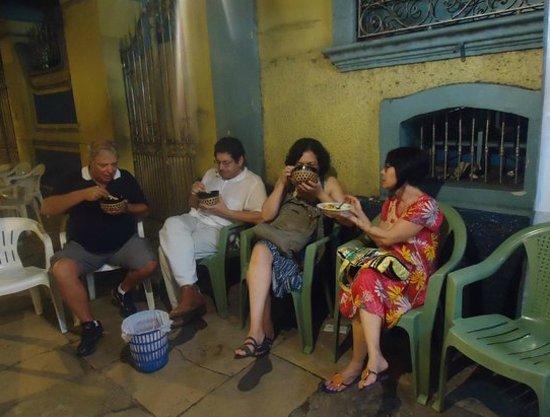Tacaca da Dona Maria : Come-se sentado numa cadeira, sem mesa, na calçada.