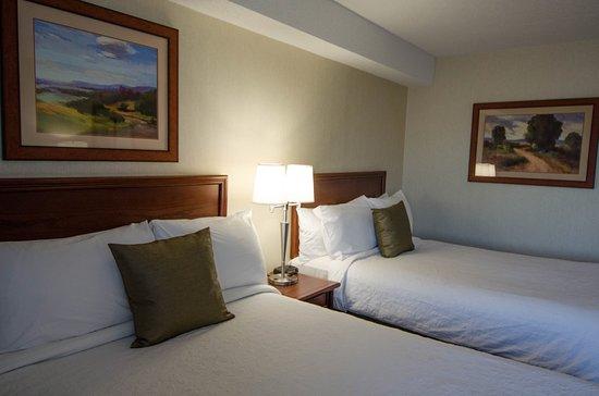 Boucherville, Canadá: Chambre 2 lits doubles / 2 double beds room