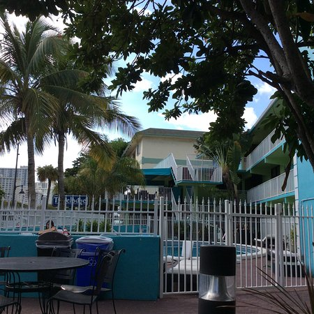 Travelodge Fort Lauderdale Beach: Pool/garden with reception on the ground floor and breakfast area at the first.
