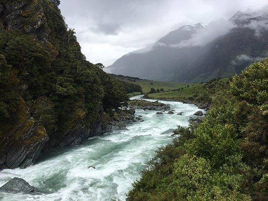 Rangiora, Nueva Zelanda: Crossing the suspension bridge in Aspiring Hut National Park..