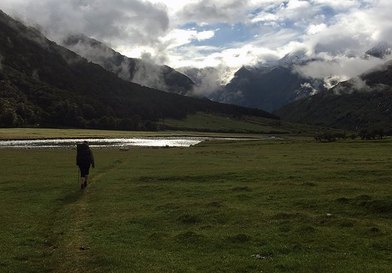 Rangiora, Nueva Zelanda: Hiking back to civilization after a wondrous night at Aspiring Hut.