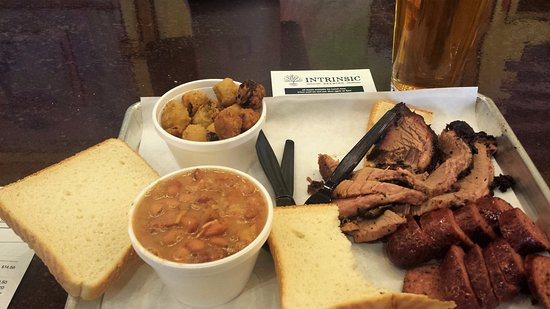 Garland, Teksas: Brisket, Sausage, Baked Beans and Fried Okra ... The Bomb!