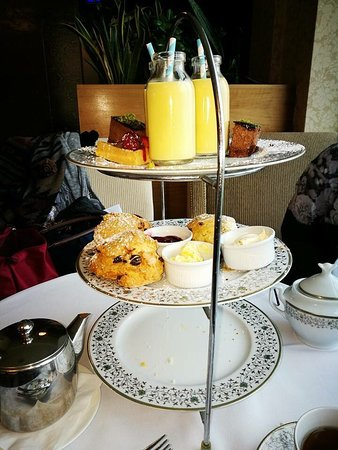 Lyrath Estate Hotel & Spa: A 5 star hotel with a stainless steel teapot 😏 really? Disappointing, couldn't pour it, handle