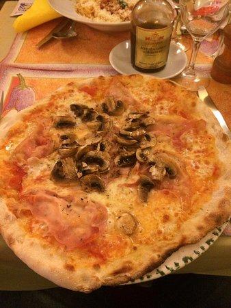 Saint-Gilles, Bélgica: Fui con mi pareja y lo encontramos de casualidad: espaguetis a la boloñesa y una pizza hecha al