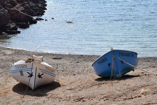 Isla Plana, Spagna: Boats on the beach