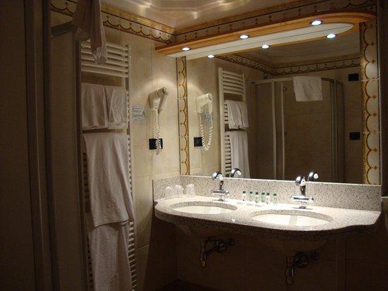 Vasca Da Bagno Per Hotel : Bagno con doccia e vasca da bagno bild von hotel ideal park