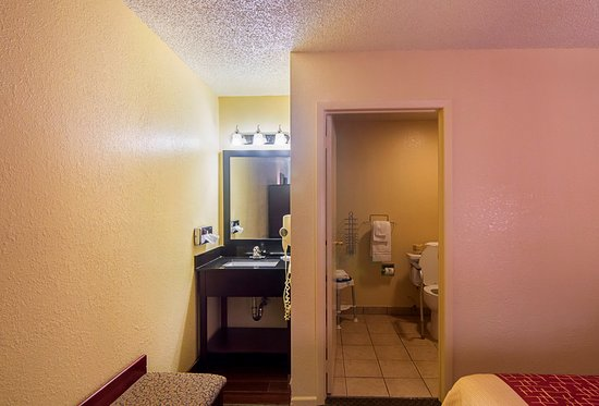 Red Roof Inn Childress : ADA Accessible Bath