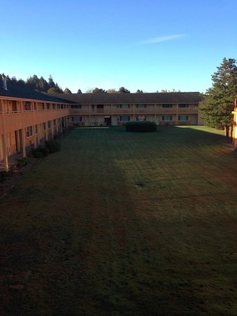 Quality Inn & Suites Coos Bay: courtyard