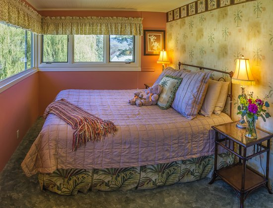 Iris Inn: The Vista room with its casual decor, perfect for the former sleeping porch with a view!