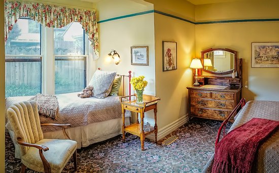 Iris Inn: Our Parlor room is on the first floor, accommodates three guests in comfort.