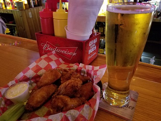 Altoona, WI: Good wings, Good friends, Cold beer!