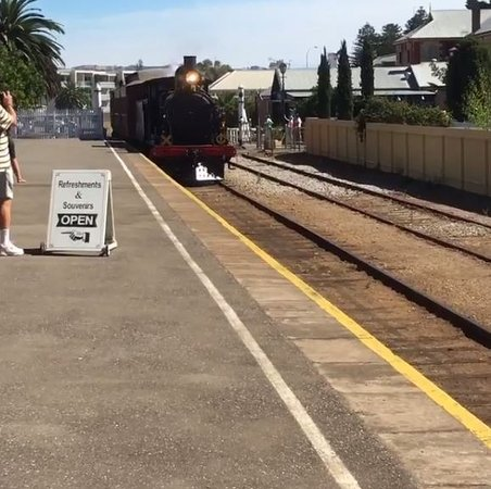 Goolwa, Australia: Train arriving at the Victor Harbour Station!