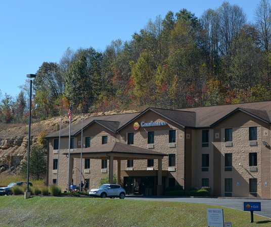 Oak Hill, WV: Exterior Shot of the Front of the Hotel