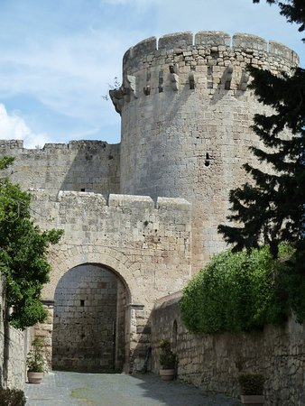 Porta di Castello e Torrione detto di Matilde di Canossa