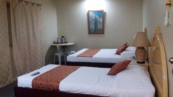 Hotel Cesario: superior room with a single bed and a queen bed, with TV and aircon and 3 electrical outlets