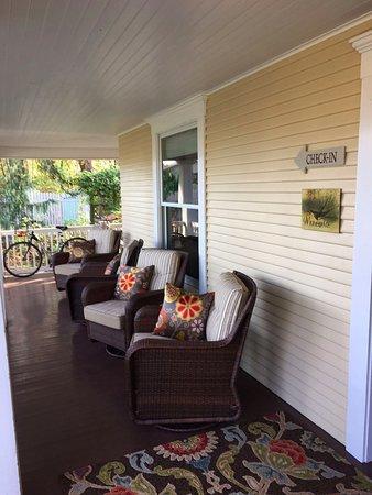 Inn at Blackberry Creek: Front Porch