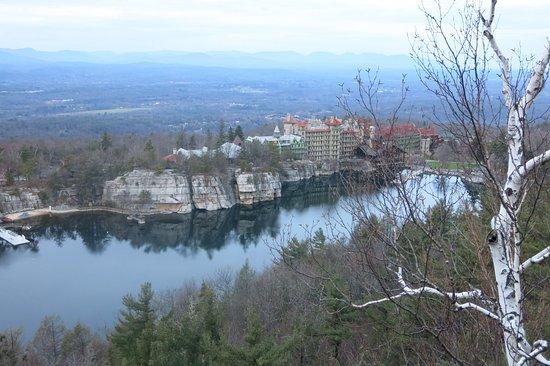 Mohonk Mountain House: Vista desde la montaña de enfrente al hotel