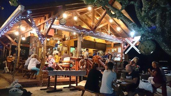 Arorangi, Cook Eilanden: BBQ night (Saturday) at the Shipwreck Hut