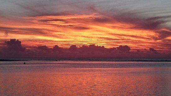 Arorangi, Cook Eilanden: Another beautiful sunset at the Shipwreck Hut