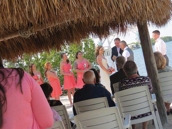 Gulf View Waterfront Resort: Nice tiki hut by the water