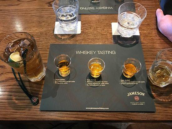 มิดเลตัน, ไอร์แลนด์: 위스키 견학을 마치고 나서 마심 진저 에일과 시음용 위스키. 그리고 아이리쉬 커피