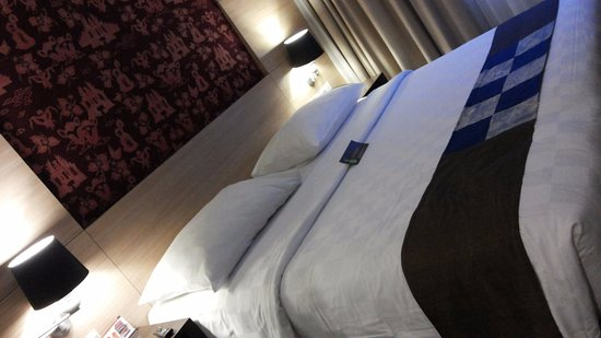 Interior Kamar Tidur Bali  kondisi kamar tidur dengan kain tenun yang terpajang di